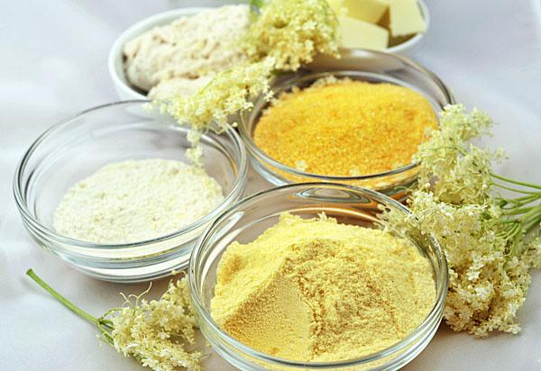 Ingredienti semplici: fiori di sambuco, 3 farine (00, mais a grana grossa, mais fioretto), burro, zucchero e pasta madre