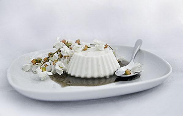 Black locust Yogurt pudding