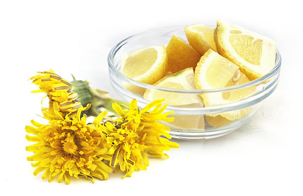 A few ingredients: dandelion flowers, sugar,lemon and pectin